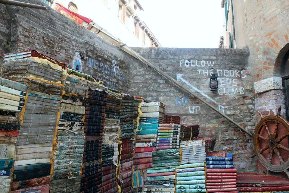 Cosa visitare scala di libri in Libreria Acqua Alta