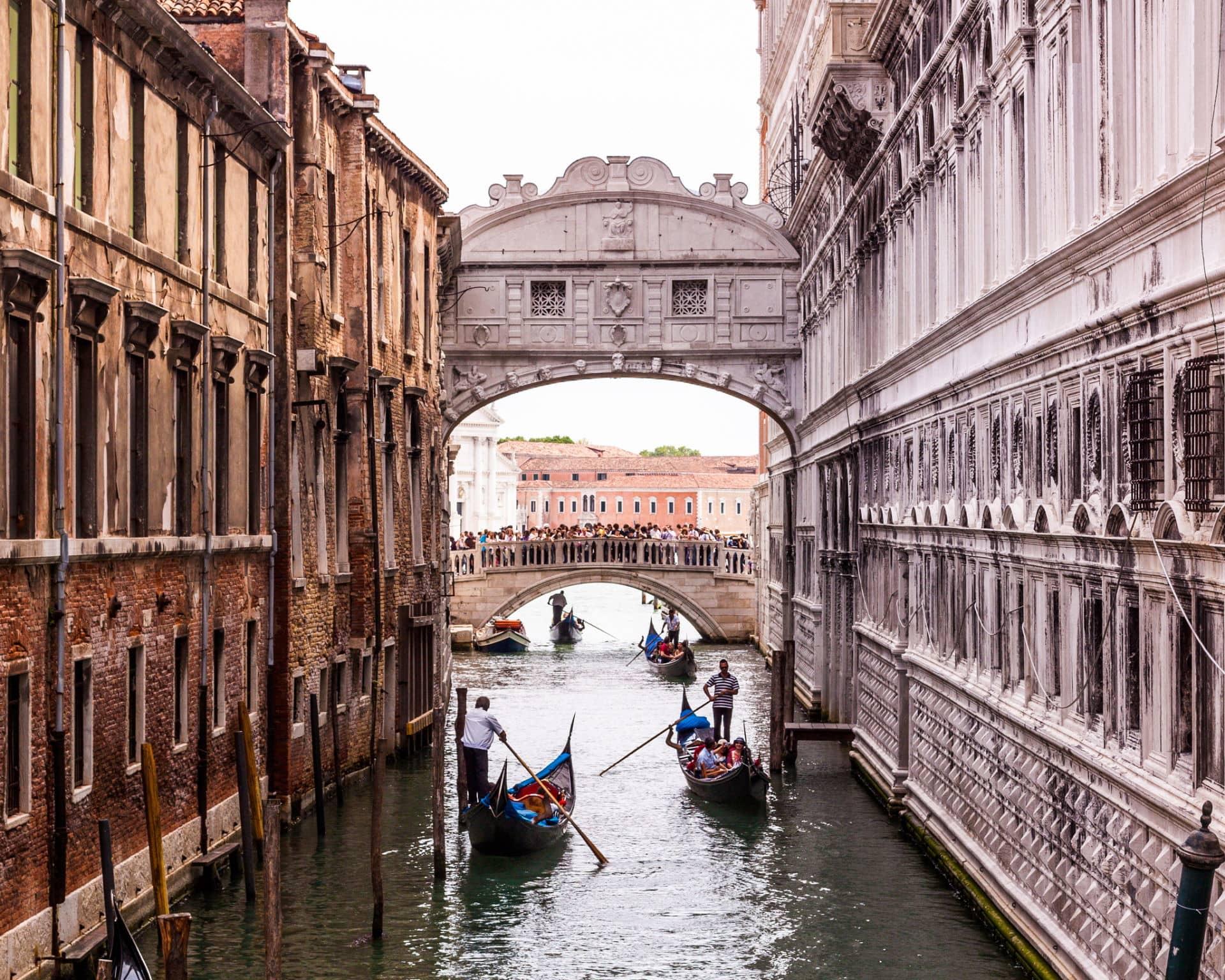 Cosa visitare a Venezia Ponte dei Sospiri e Gondole