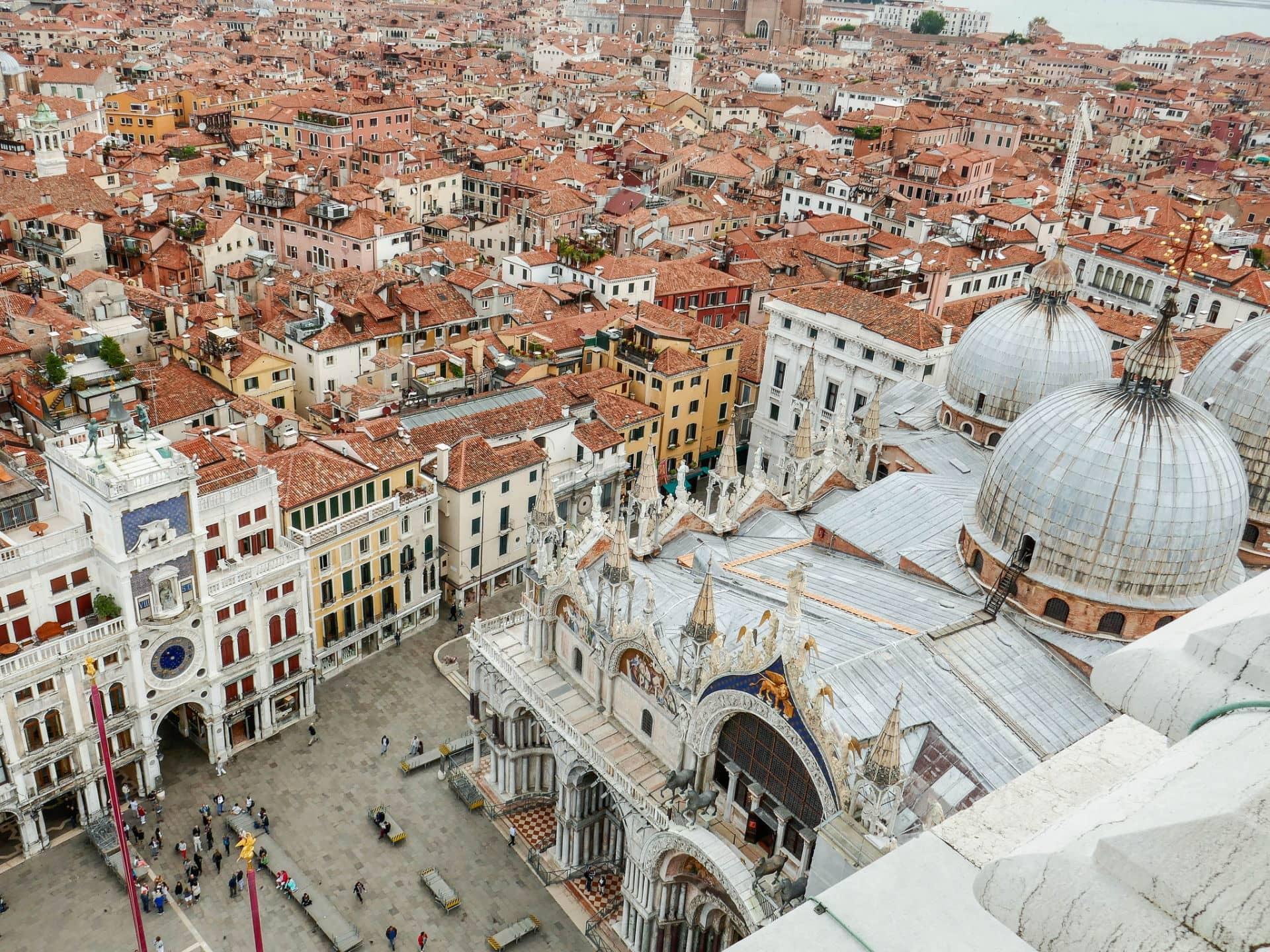Cosa visitare a Venezia veduta dall'altro della Basilica di San Marco e Torre dell'Orologio