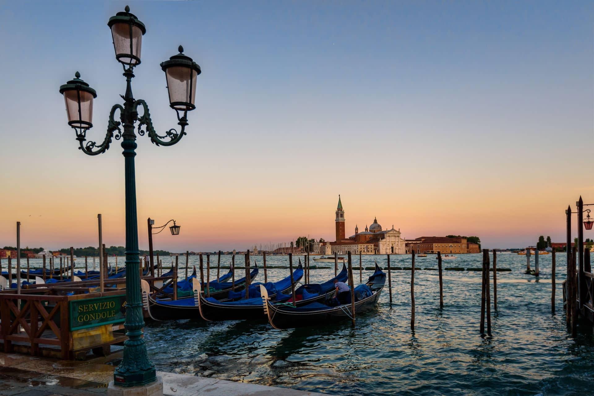 Cosa visitare veduta Giudecca con gondole al tramonto
