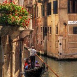 Giro in gondola nei canali di Venezia