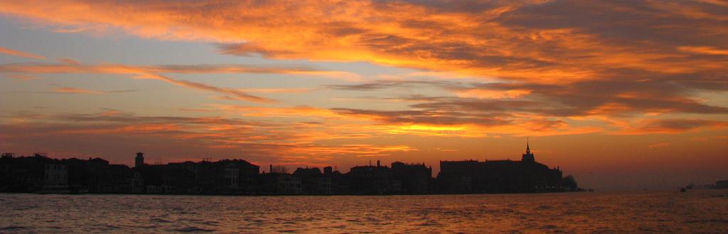 Venezia in coppia copertina con tramonto