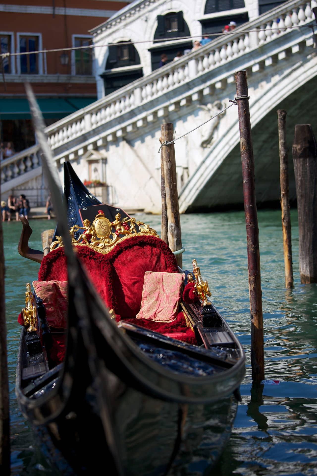 Gondola con Ponte di Rialto sullo sfondo
