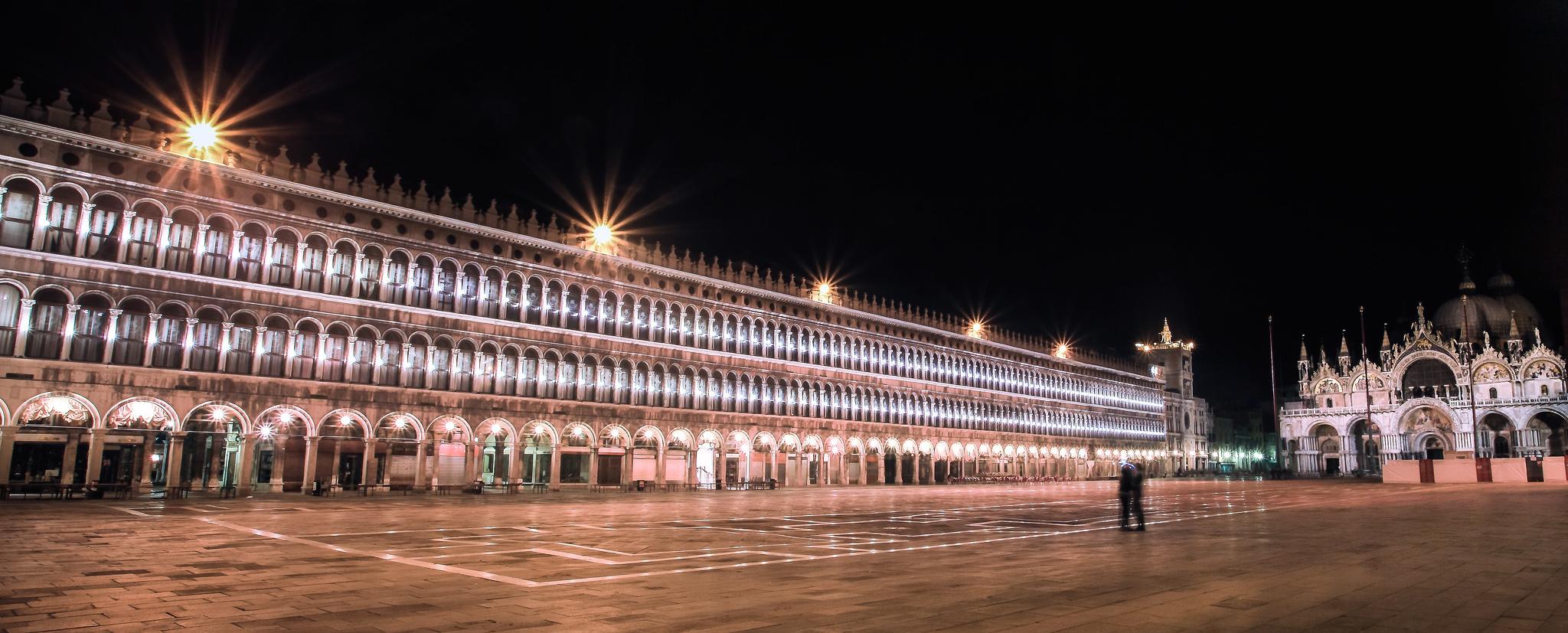 Piazza San Marco deserta di sera