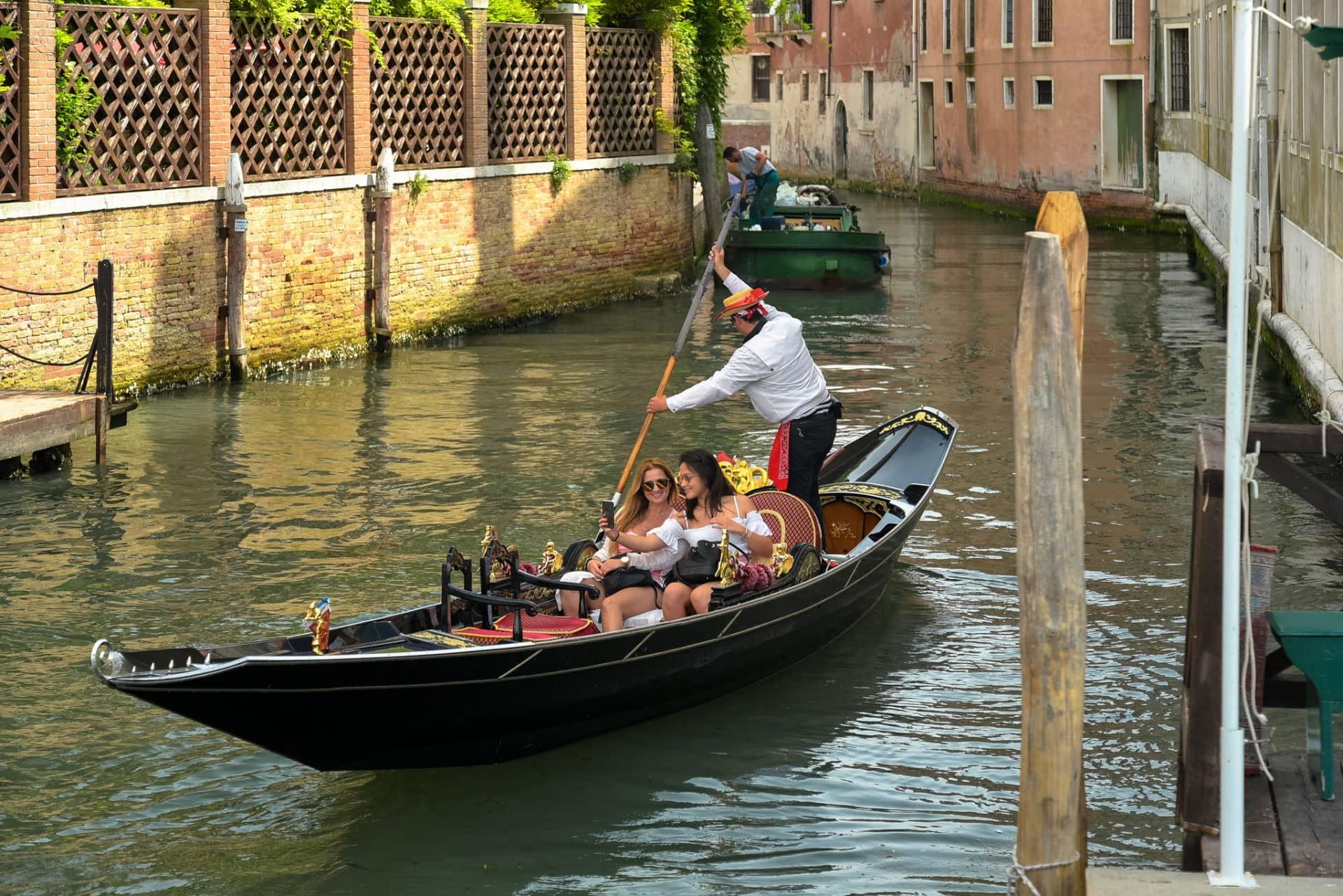 Turiste in Gondola a Venezia