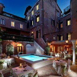 Cortile con piscina Hotel Giorgione