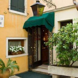 Ingresso hotel Do Pozzi a Venezia